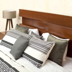 Cabecera de cama y cojines