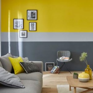Pared gris con amarillo