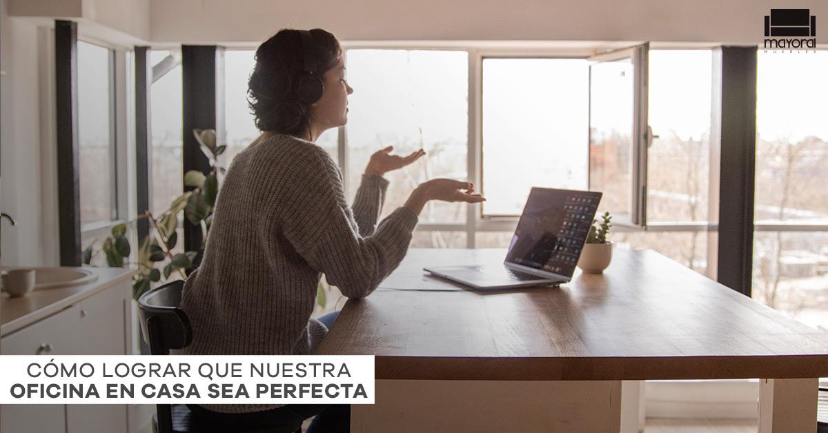 Mujer hablando por computadora