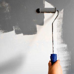 Pintando la pared con rodillo